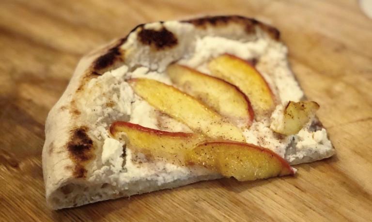 Abbildung eines Viertels der Apfel-Zimt-Ricotta-Pizza