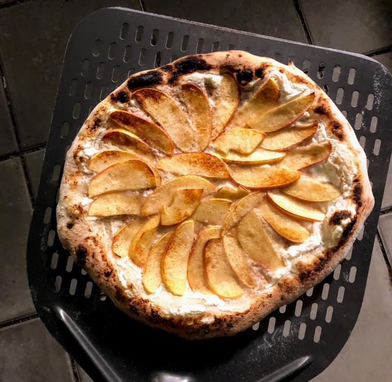 Abbildung der ganzen gebackenen Apfel-Zimt-Ricotta-Pizza