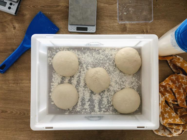 Abbildung der Teiglinge in einer eingeölten Teigbox